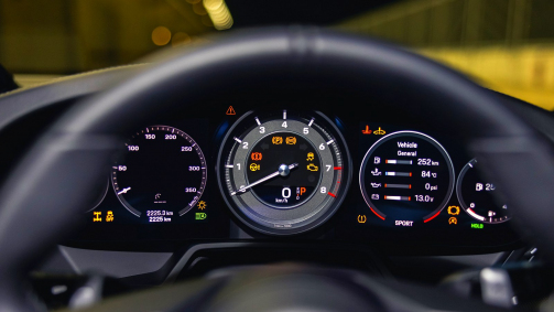 Porsche se chlubí časem elektromobilu z okruhu, skutečný rekord benzinového auta ignoruje